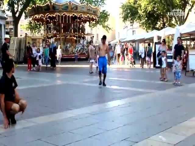 Парень выполняет зрелищные прыжки