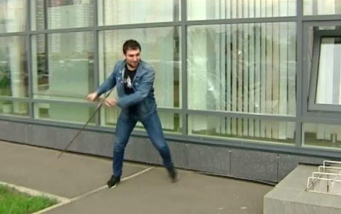 В Красноярске мужчина устроил погром в здании Росреестра (2 фото + видео)