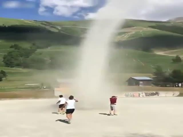 Пыльный вихрь на футбольном поле