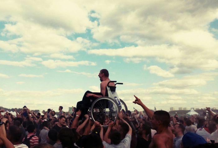 На минском рок-концерте толпа подняла на руки парня в инвалидной коляске (2 фото + видео)