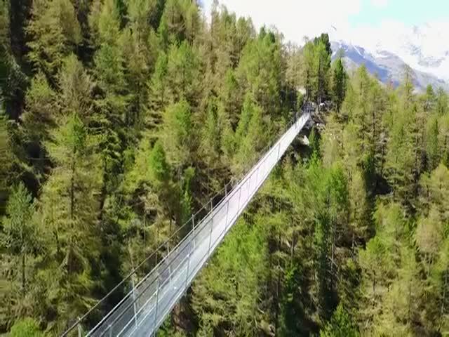 Самый длинный висячий пешеходный мост построили в Швейцарии