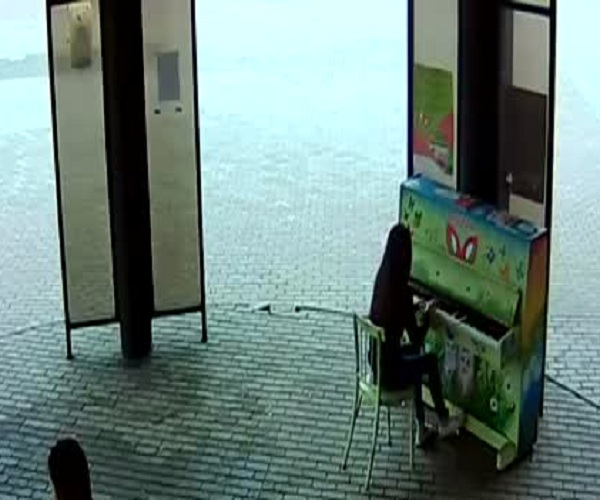 В Новокузнецке две девушки подожгли уличное пианино