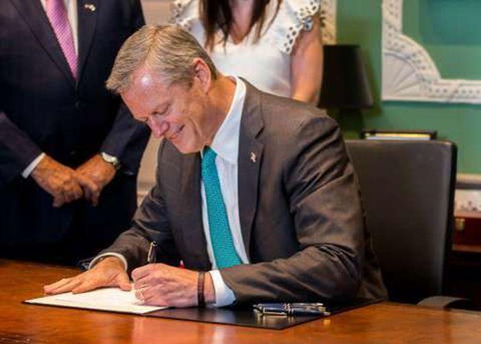 Губернатор Массачусетса Чарли Бейкер во время подписания закона о легализации марихуаны (3 фото)