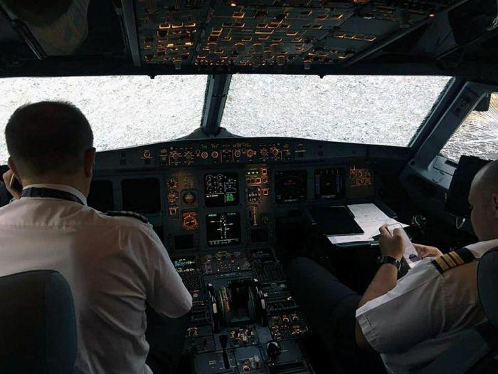 Аварийная посадка с нулевой видимостью из-за разбитых стекол кабины (3 фото + видео)
