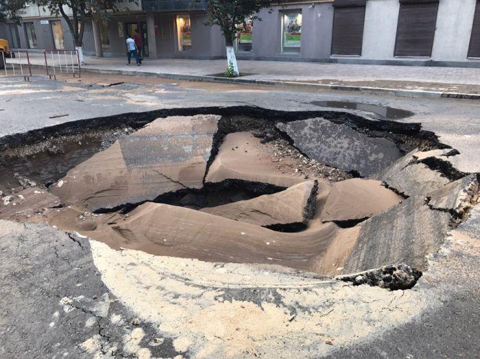 Провал в центре Самары (2 фото)