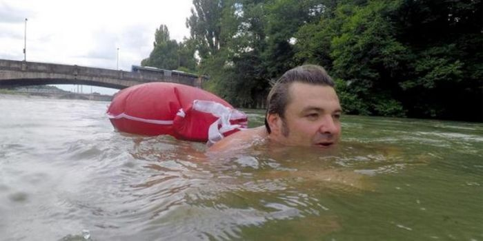 Житель Мюнхена добирается на работу вплавь, чтобы избежать пробок (5 фото)