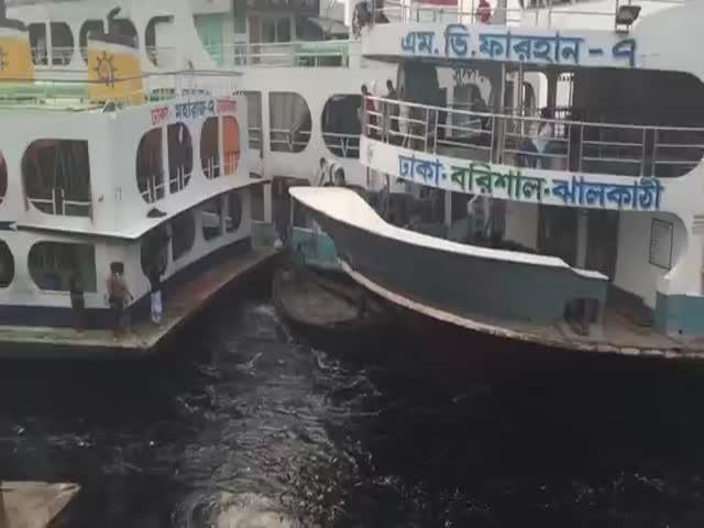 Самоотверженность лодочников Бангладеша