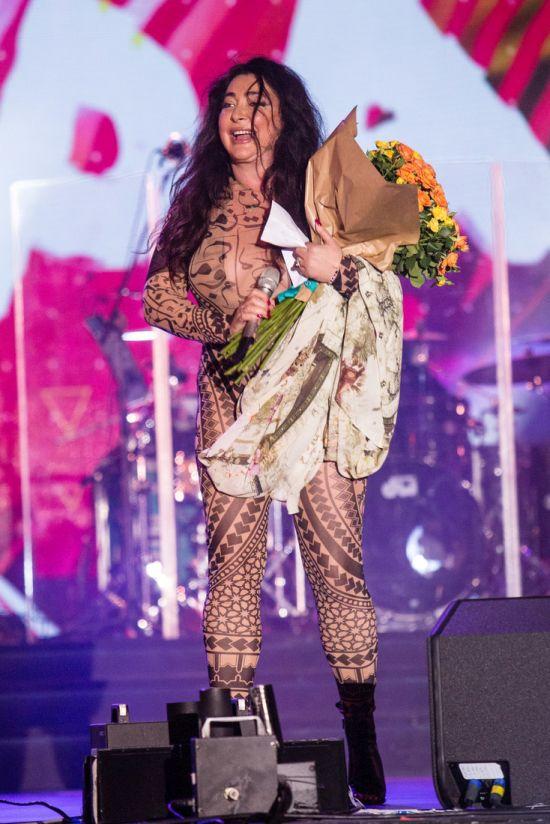 Лолита Милявская в обтягивающем трико на фестивале «Жара» (6 фото)