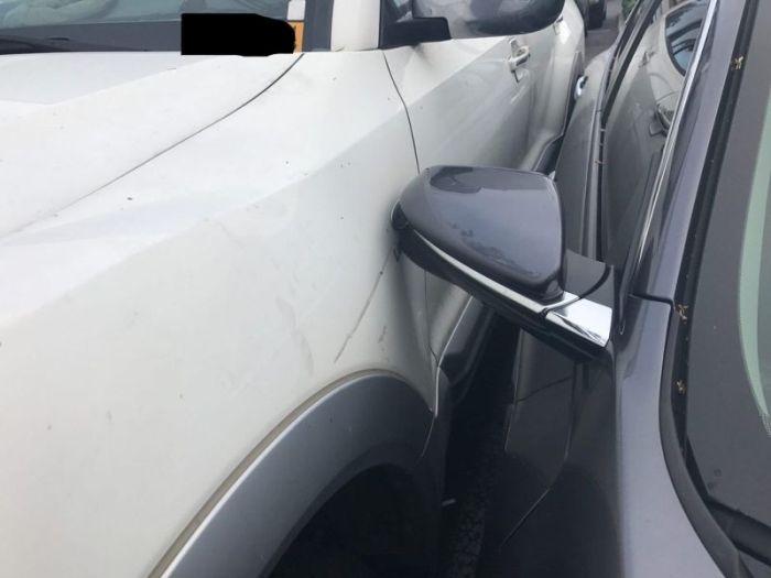 Водитель сумел втиснуть свой автомобиль (5 фото)