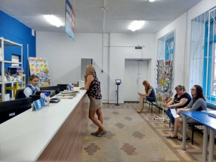 В Омске закончился ремонт почтового отделения, которое раскритиковали пользователи сети (2 фото)