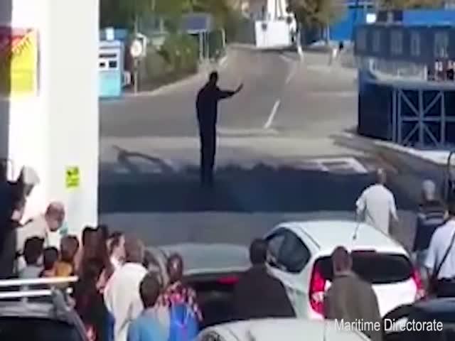 Водитель очень спешил съехать с парома