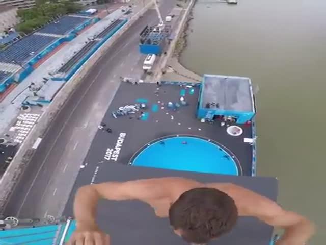 Парень совершил невероятный прыжок в воду