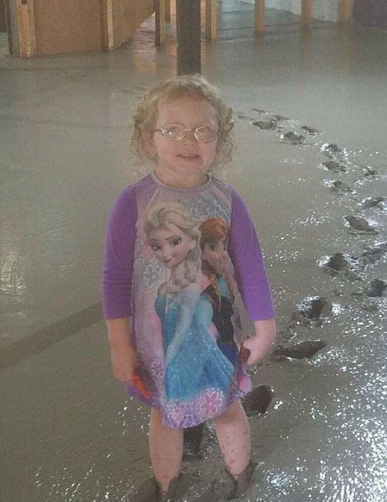 Девочка и свежий бетон (3 фото)