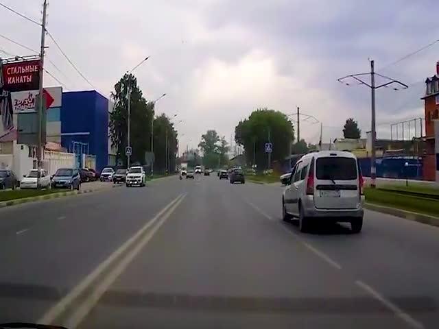Неуправляемый мотоцикл сбил девушку