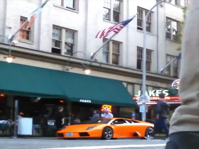 Парень на велосипеде запрыгнул на суперкар Lamborghini