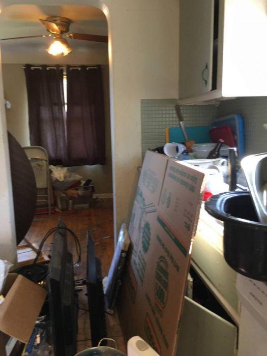 Арендаторы превратили жилье в настоящую помойку (19 фото)
