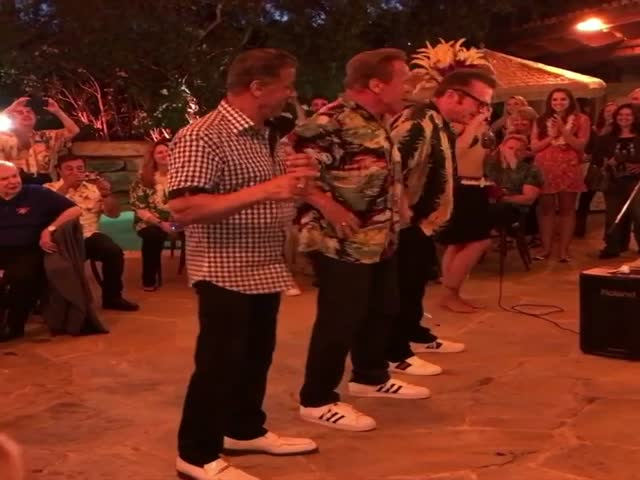 Сильвестр Сталлоне и Арнольд Шварценеггер танцуют хулу