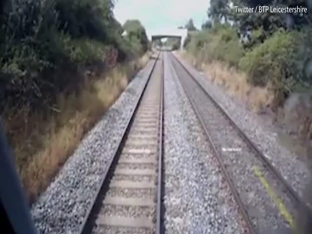 Трактор едва разминулся с поездом