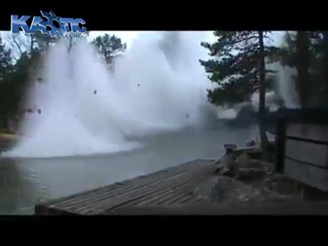 Такого вы еще не видели: молния бьет в реку