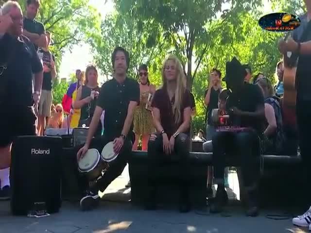 Шакира поет в компании уличных музыкантов