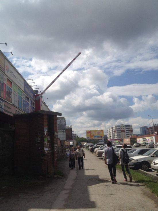 Шлагбаум в Новосибирске (2 фото)