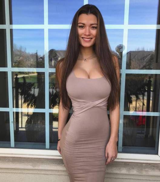Стройные девушки в обтягивающих платьях (40 фото)