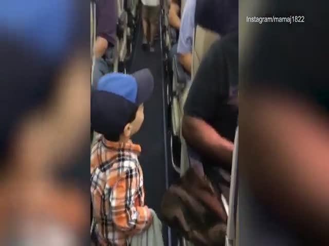 Маленький пассажир приветствует своих попутчиков
