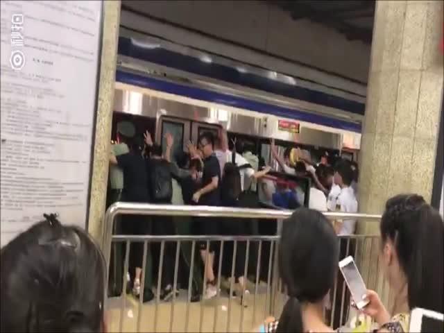 В метро Пекина пассажиры раскачали вагон, чтобы спасти мужчину