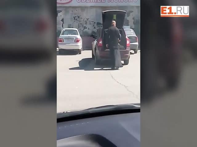 Священник возит ребенка в багажника