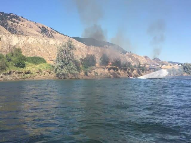Канадские лодочники боролись с огнем с помощью струи воды от своей лодки