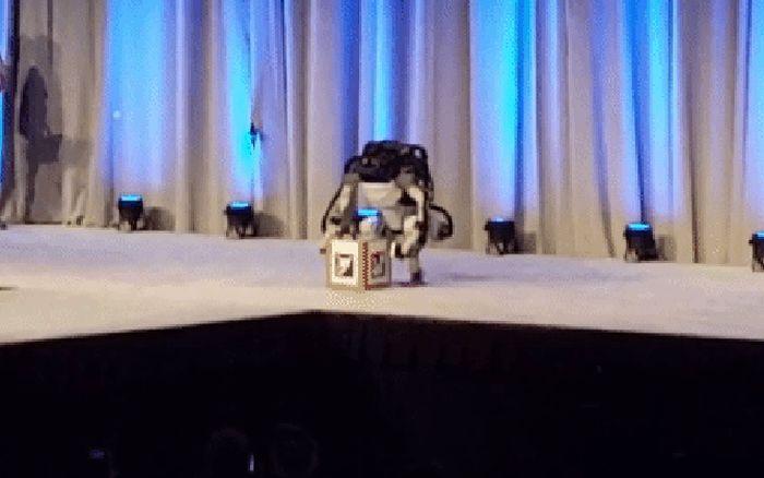 Робот Atlas компании Boston Dynamics упал во время презентации (3 гифки)