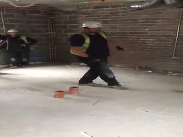 Строители подшутили над своим коллегой