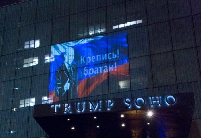На отеле Трампа появилась проекция российского флага с Путиным (4 фото + видео)