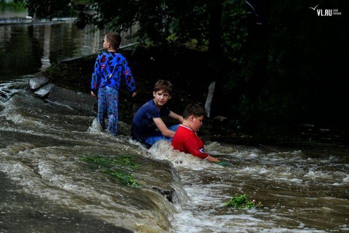Подростки в затопленном Уссурийске (2 фото)