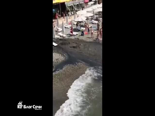 На пляже в Сочи забил гейзер грязной воды