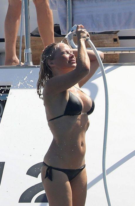 Памела Андерсон на отдыхе во Франции (14 фото)