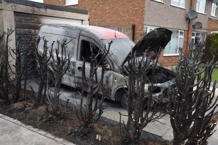 Англичанин, боровшийся с сорняками паяльной лампы, устроил пожар (3 фото)
