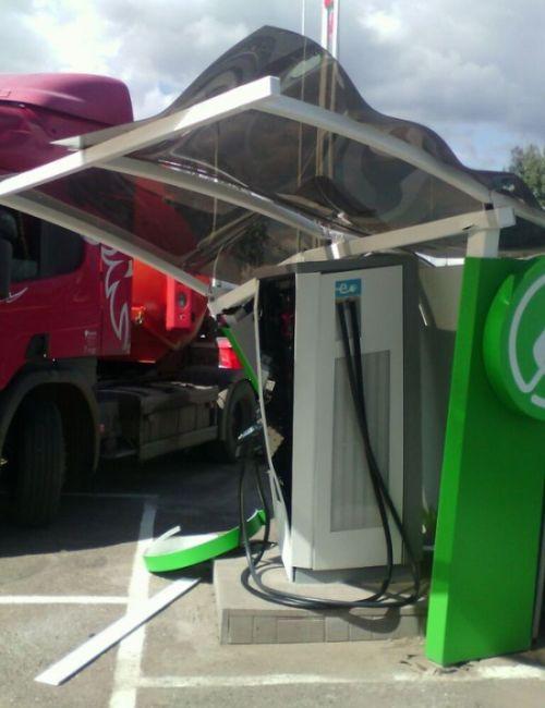В Альметьевске бензовоз въехал во станцию зарядки электромобилей (3 фото)