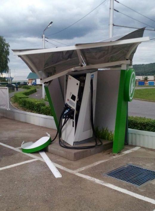 В Альметьевске бензовоз въехал в станцию зарядки электромобилей (3 фото)