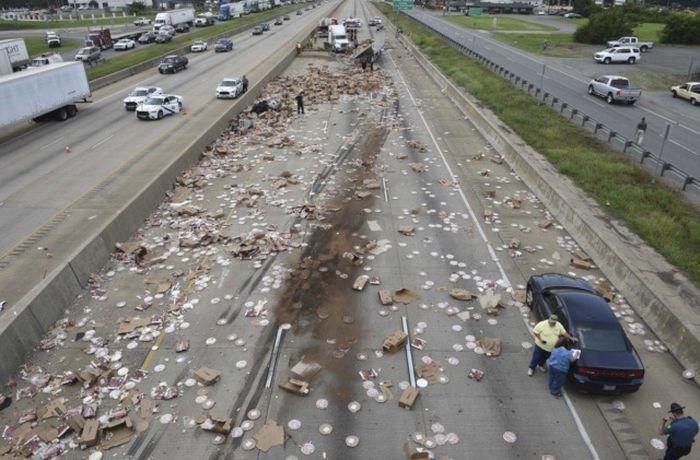 Сотни коробок с пиццей на трассе в Арканзасе (2 фото + видео)