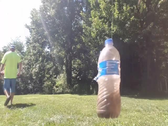 Лучник проткнул две бутылки одной стрелой