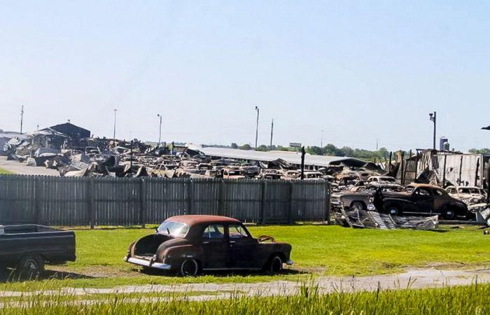 В Иллинойсе сгорело 150 ретромобилей (11 фото)