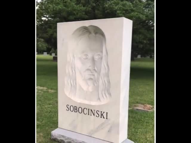 Необычный надгробный камень