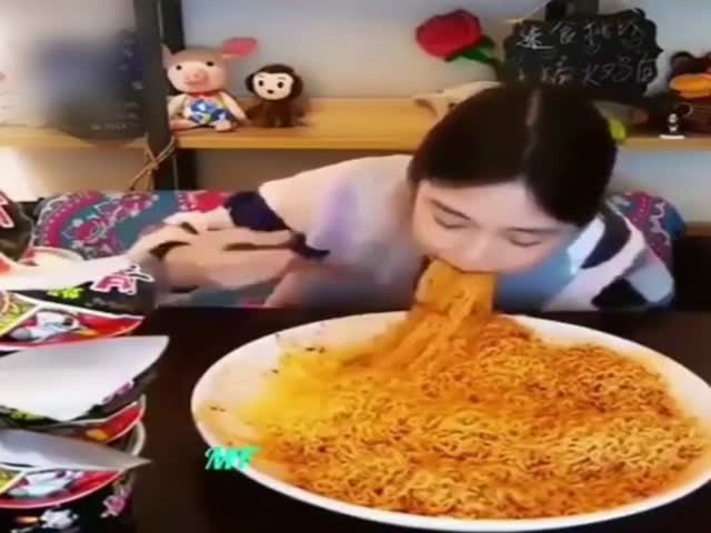 У этой азиатки кошмарный аппетит