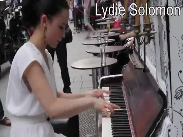 Когда профессиональные пианисты играют получай улицах