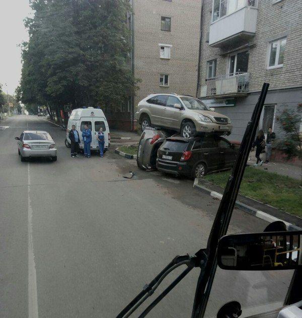 В Туле lexus приземлился на две припаркованные иномарки (5 фото)