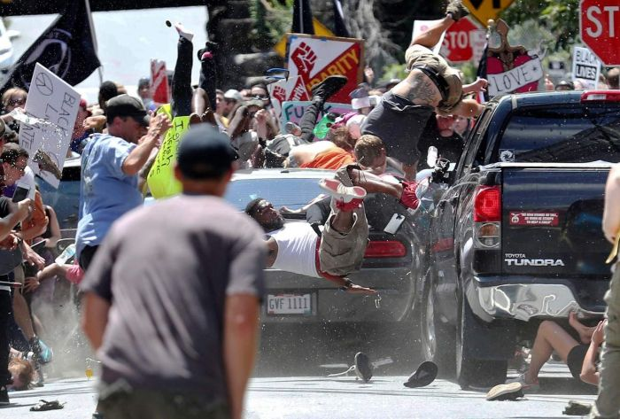 В Вирджинии автомобиль въехал в толпу противников ультраправых