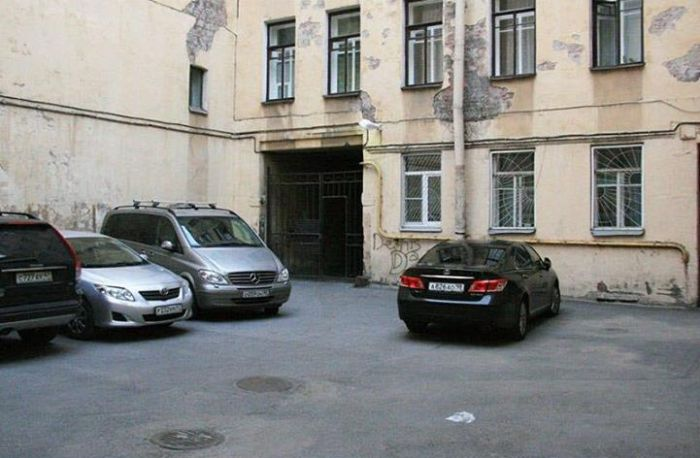 Так могли бы выглядеть питерские дворы-колодцы без машин (2 фото)