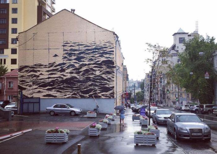 Волнующееся Черное море на стене трехэтажки в Киеве (4 фото)