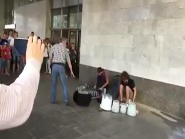 Слушатели не дали сотруднице метро прогнать уличных музыкантов